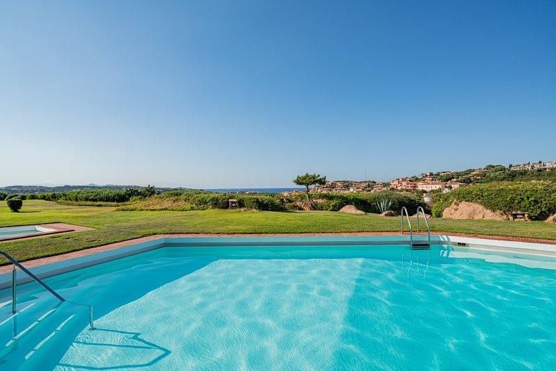 Appartamento piscina e fantastica vista sul mare, holiday rental in Poltu Quatu