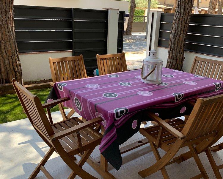 Planta Baja con jardin, 2ª linea. 4 personas, holiday rental in Platja d'Aro