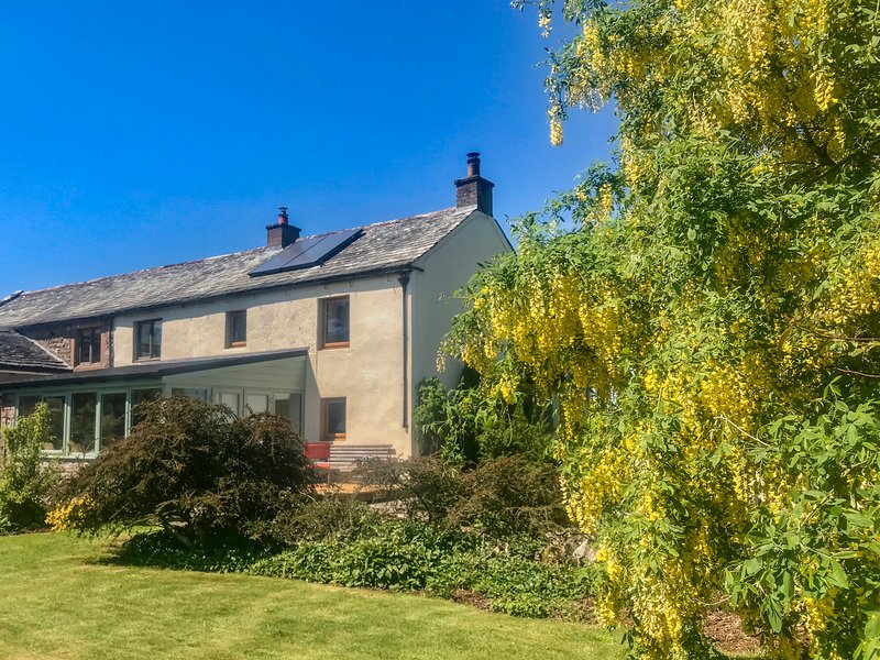 LOW GARTH, characterful cottage, WiFi, garden, Fell views, open fire, private, holiday rental in Greystoke