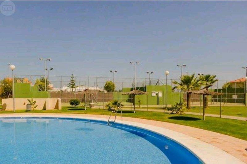 BAJO CON JARDIN, 2 DORM. PISTA DE PADEL, PISCINA, holiday rental in Sanlucar de Barrameda