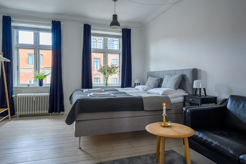 Spacious 3-bedroom Apartment with a rooftop terrace in the center of Copenhagen, holiday rental in Roedovre Municipality