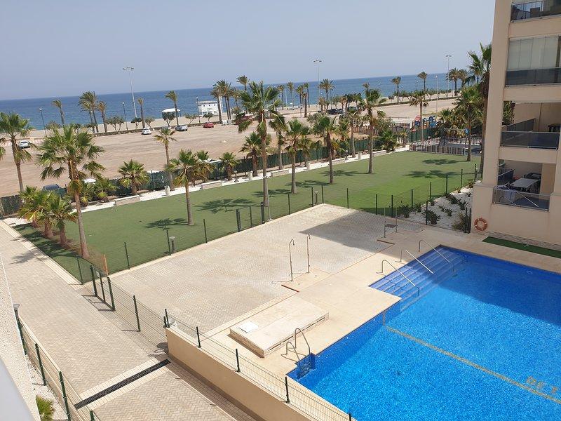 Apartamento en primera línea   Roquetas de Mar playa de las Salinas, alquiler de vacaciones en Roquetas de Mar