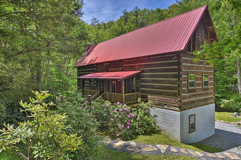 NEW! Charming Creekside Cabin - Near Trailheads!, casa vacanza a Newland