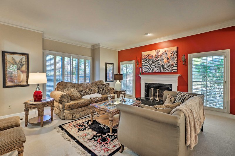 6,000-Square-Foot Executive Home w/ Deck & 1 Acre!, location de vacances à Alpharetta