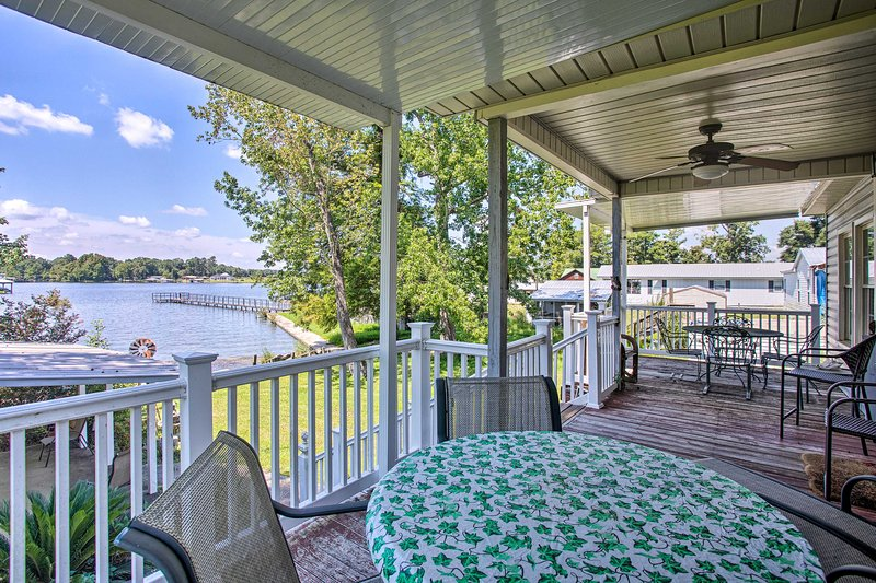 Settle in to this Cordele house for dinner by the lake!