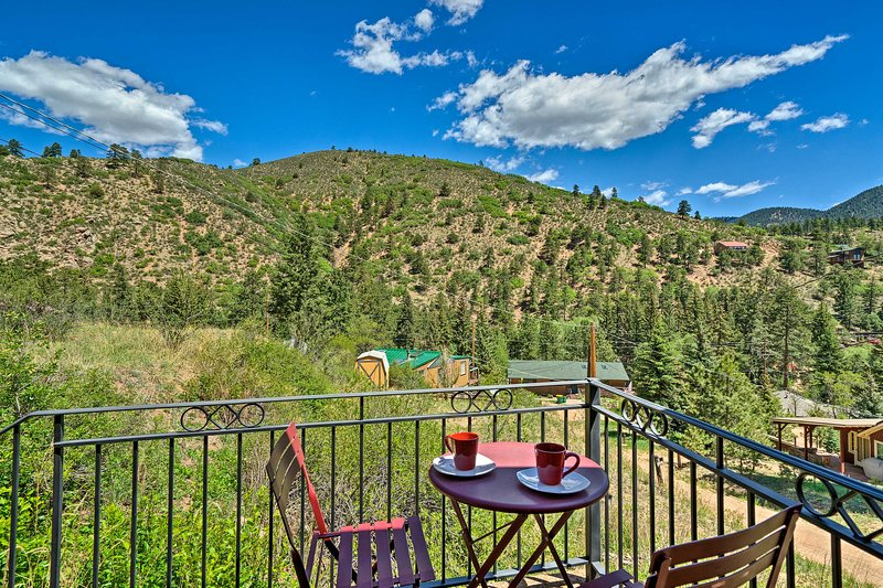 NEW! Cozy Rocky Mountain Retreat Near Pikes Peak!, holiday rental in Green Mountain Falls