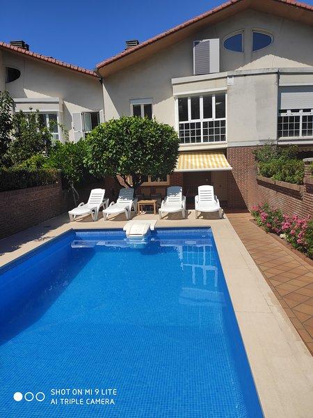 Villa Lujanbio con piscina climatizada a 8 minutos de San Sebastian, alquiler de vacaciones en Usurbil