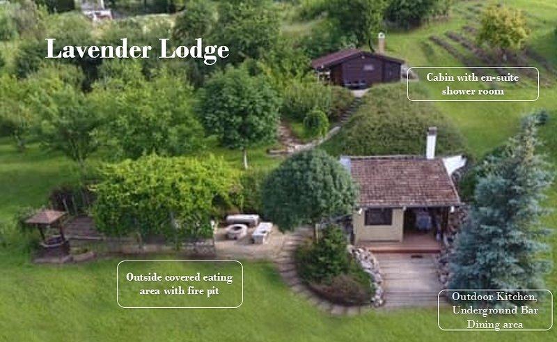 Quirky Park's Lavender lodge. Idylic setting minutes from Lake Balaton, aluguéis de temporada em Siofok
