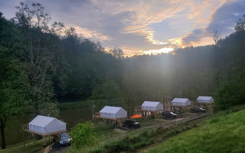 Rusty's Roost River Camp- Yellow Jacket Tent, holiday rental in Green Mountain