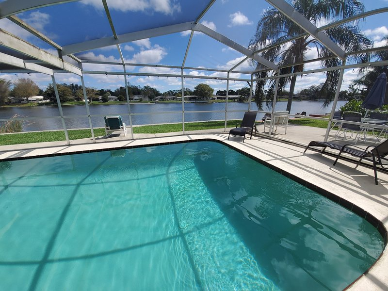 Newly Renovated Pool and Lake Dream Home with all the extras, alquiler de vacaciones en Port Richey