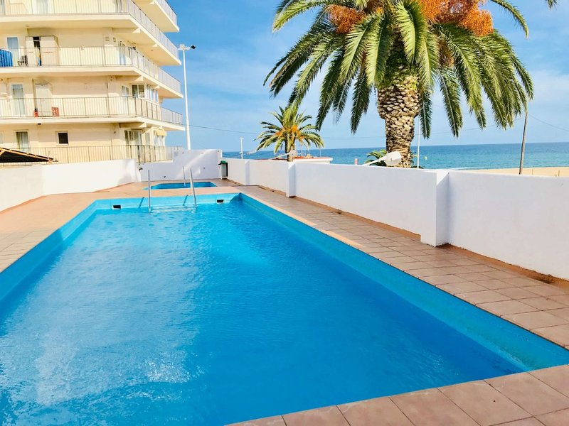 Investingspain Studio beach paradise front sea views swimming pool, vacation rental in Castell-Platja d'Aro