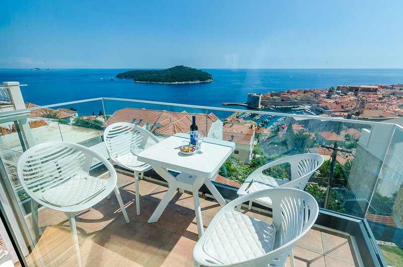 Apartments Isabora - Comfort Three-Bedroom Apartment with Balcony and Sea View, holiday rental in Sumet