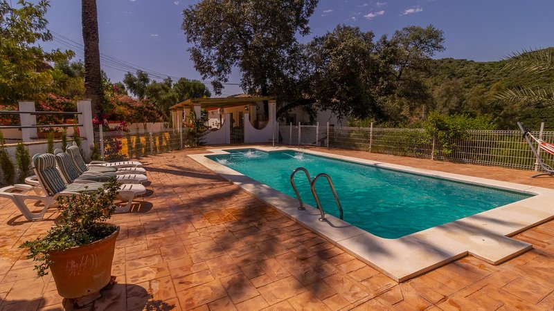 Menestrales Luxury holiday home with private pool near the Natural Park, location de vacances à Lora del Rio