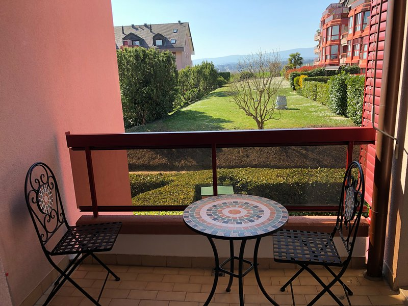 Amazing Studio In Lausanne Close To Epfl Unil, vacation rental in Tolochenaz