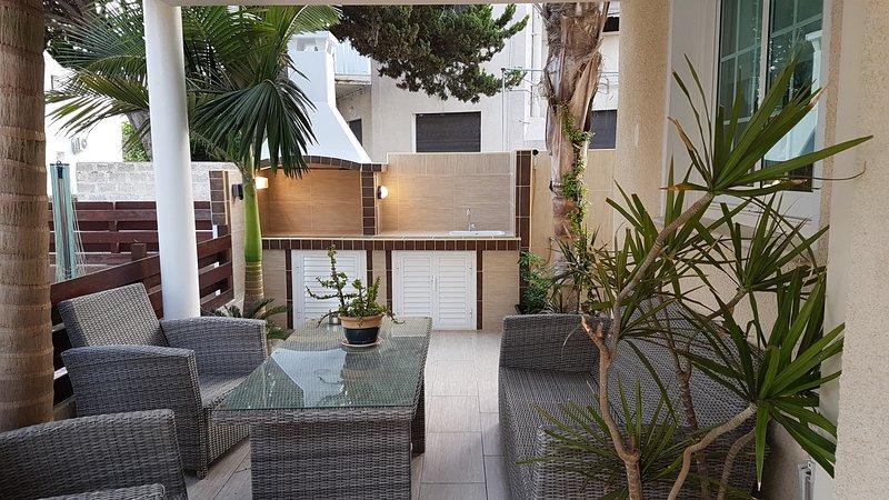 4 Bdrm Sup. Terrace Beach Villa Oroklini Larnaca, alquiler vacacional en Oroklini