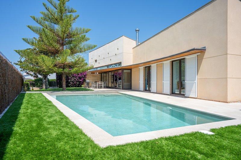 R106 Villa de diseño con piscina en Roda de Bara, holiday rental in Vila-rodona