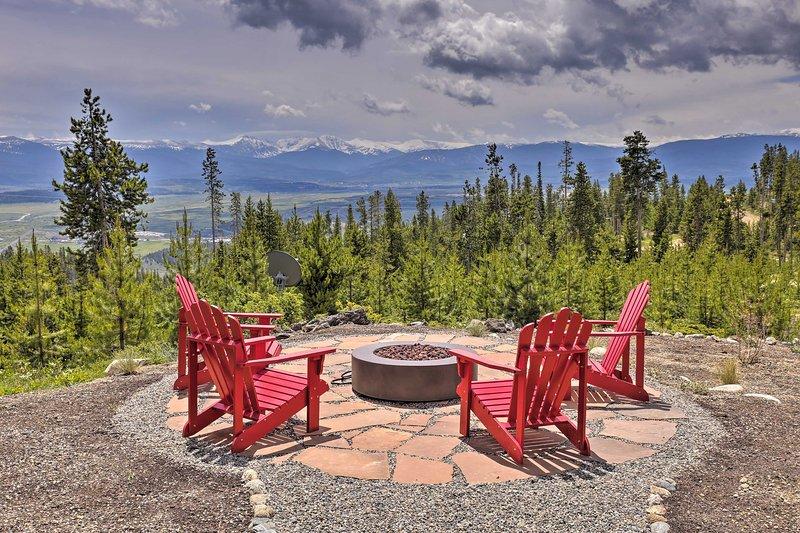 Lavish Mountain Retreat w/ Large Deck & Game Room!, location de vacances à Tabernash