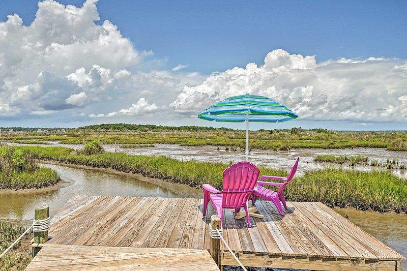 NEW! Sunny Townhome w/ Marsh Views & Walk to Beach, vacation rental in Sneads Ferry