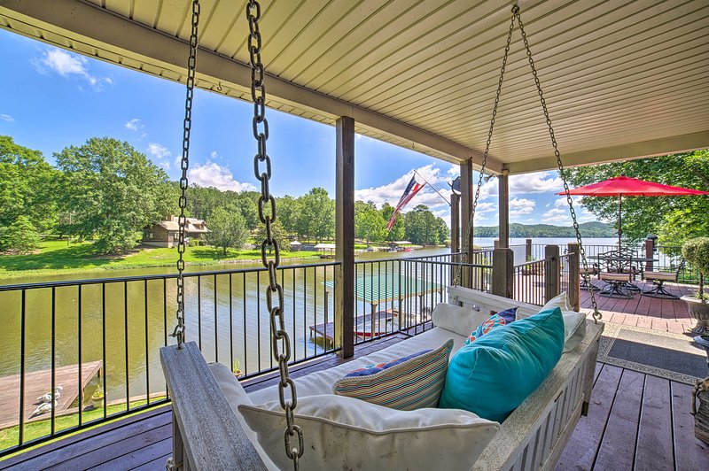 Waterfront Lay Lake Retreat w/Dock & 3 Piers!, alquiler de vacaciones en Clanton