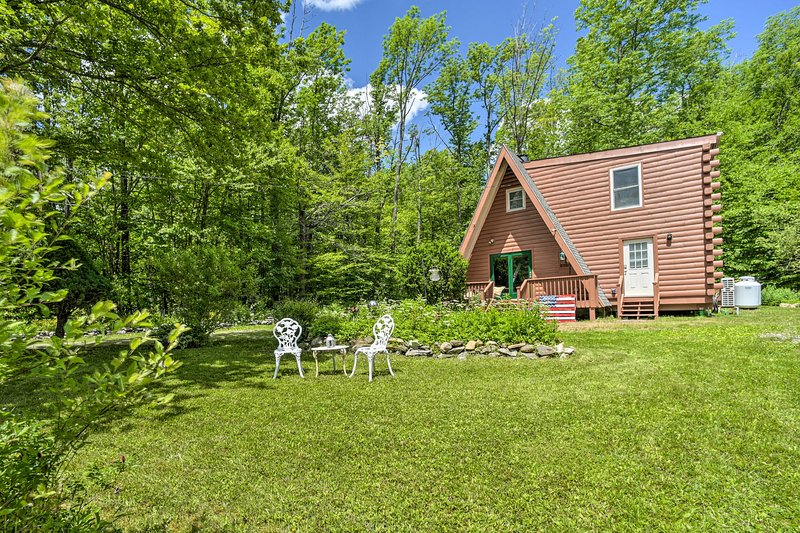 NEW Secluded A-Frame Cabin: Fire Pit, Walk to Lake, holiday rental in East Otis