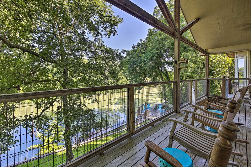 NEW! Seguin Retreat w/ Canoes on Guadalupe River!, casa vacanza a Kingsbury
