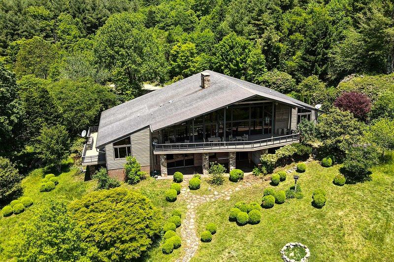 NEW! Premier Appalachian Living w/Panoramic Vistas, alquiler vacacional en Piney Creek