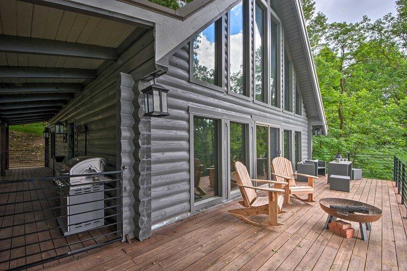 Luxe Jasper Cabin w/ Deck + Blue Ridge Mtn Views!, holiday rental in Talking Rock