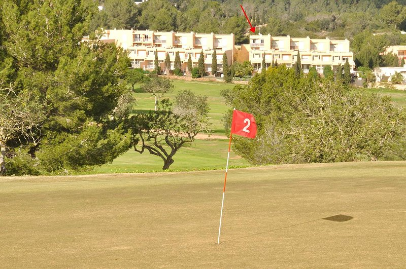 Independent 2 bedrooms PH overlooking golf course with terrace and swimming pool, location de vacances à Roca Llisa