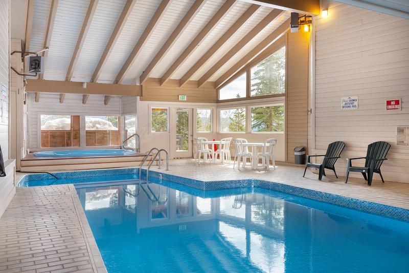 Vintage Ski Condo in Quiet Setting.  Wood Fireplace, Hot Tubs, Pool. BB103, alquiler de vacaciones en Wildernest