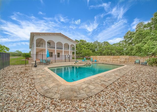 House with private pool, hot tub, foosball and more!, holiday rental in Schertz