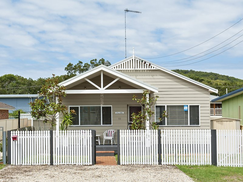Harry's House, 19 Achilles Street - Pet Friendly, holiday rental in Nelson Bay