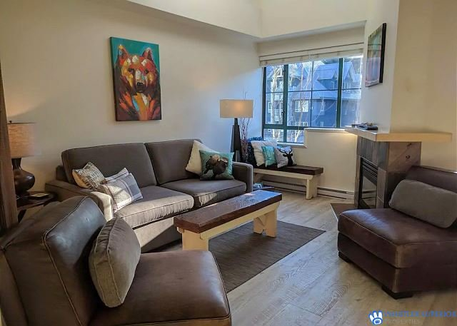 Upgraded Village Condo, Balcony, Free parking and WiFi. Hot Tub Access, holiday rental in Whistler