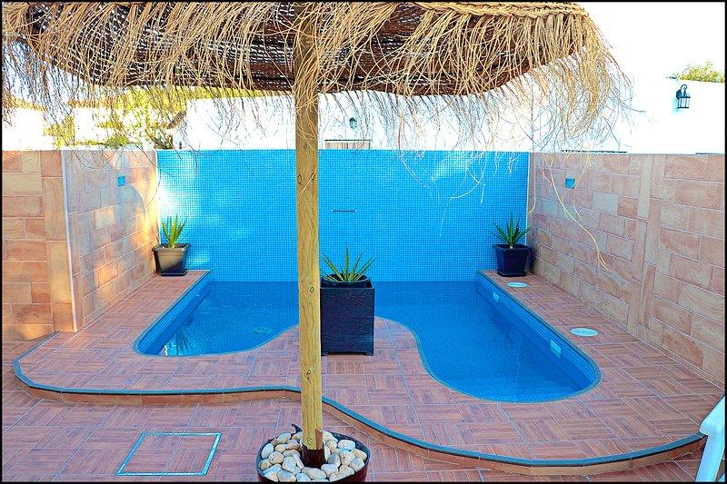 Chalet 2 dormitorios con piscina privada, aluguéis de temporada em Los Naveros