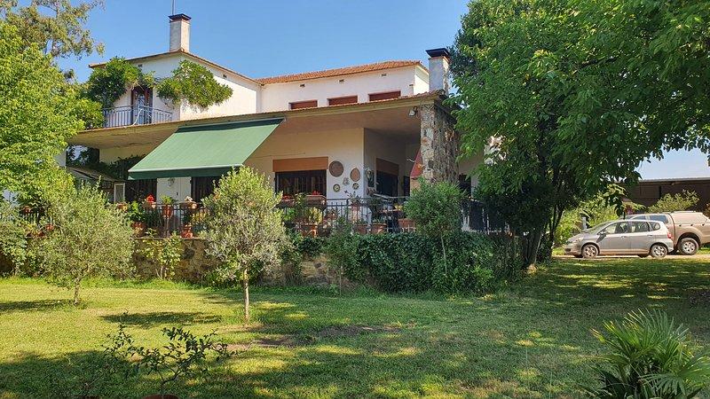 Habitaciones luminosas con baño privado en Villa, holiday rental in Brunyola