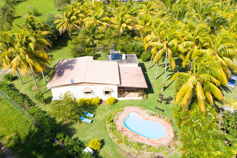 Villa Chez Zaza, great snorkeling, swimming with dolphins, wifi, pool, Le Morne, holiday rental in Baie du Cap