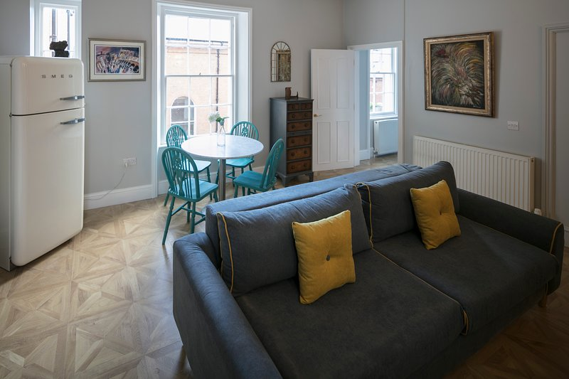 Regency Style in heart of Gloucester with secure parking Sleeps 4, holiday rental in Tibberton