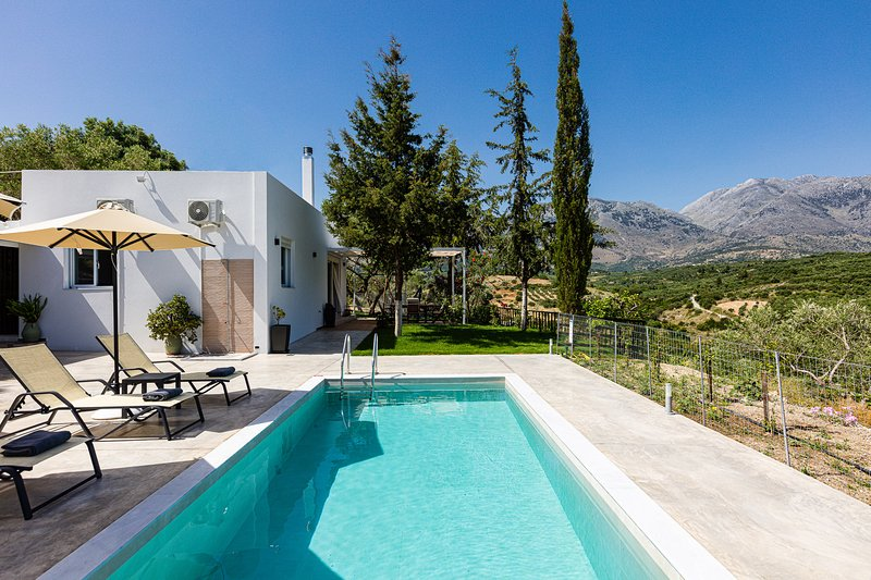 MariAndry Villa, Enchanting Secluded Retreat!, holiday rental in Kastellos
