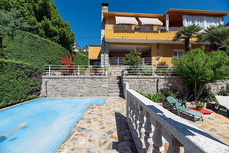 Villa con piscina privada y vistas en San Lorenzo de El Escorial, holiday rental in Colmenarejo