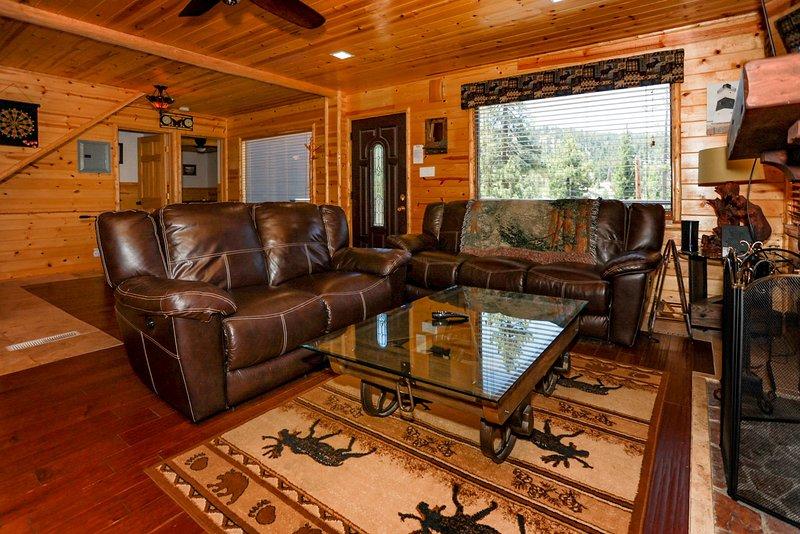 Circle Views   Boulder Bay Ultra Modern Chalet   Walk To Lake   Pets Welcome, holiday rental in Angelus Oaks