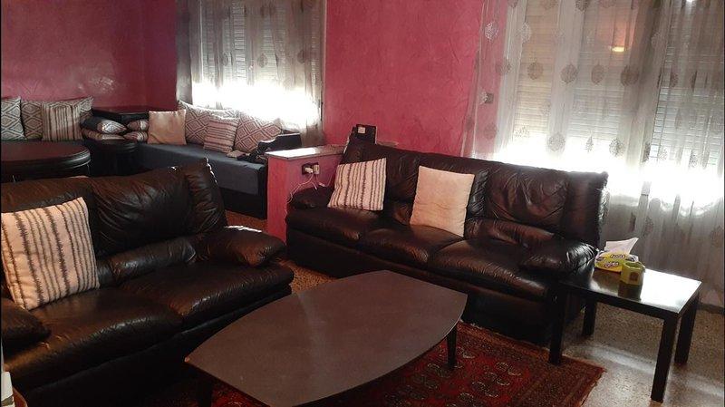 Spacious apartment with balcony, casa vacanza a Regione di Meknes-Tafilalet