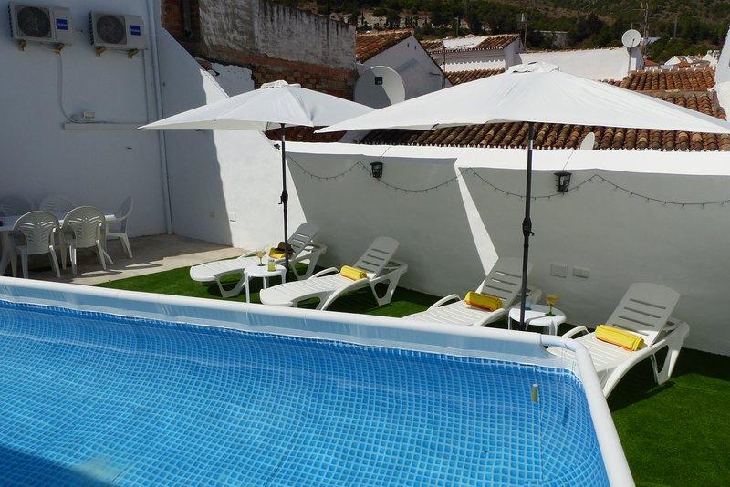 Casa en el corazon del pueblo, con piscina privada y solarium, vacation rental in Benalmadena