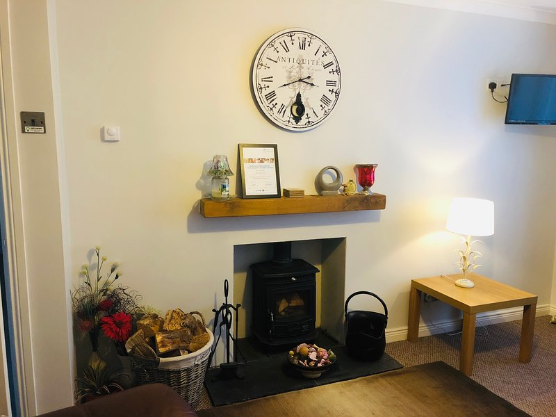 Rose cottage- Central Northern Ireland right off the main M1 motorway., vacation rental in Drumbo