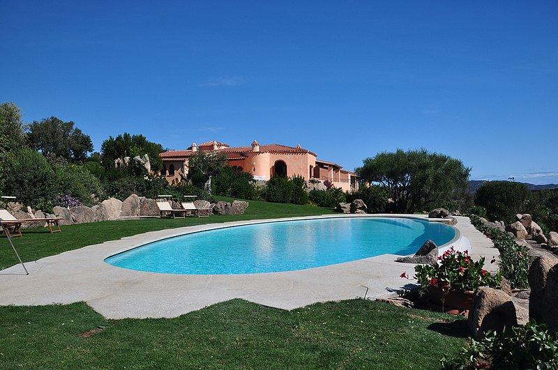 Villa Isabel, Sea View, Swimming Pool and Jacuzzi, casa vacanza a Capo Coda Cavallo