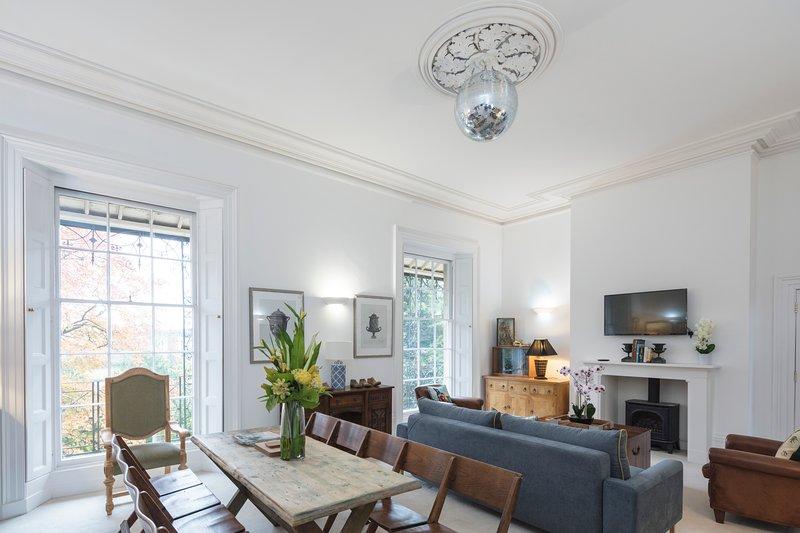 Light High Ceilings Regency 2 bedroom with gorgeous views, aluguéis de temporada em Gloucester