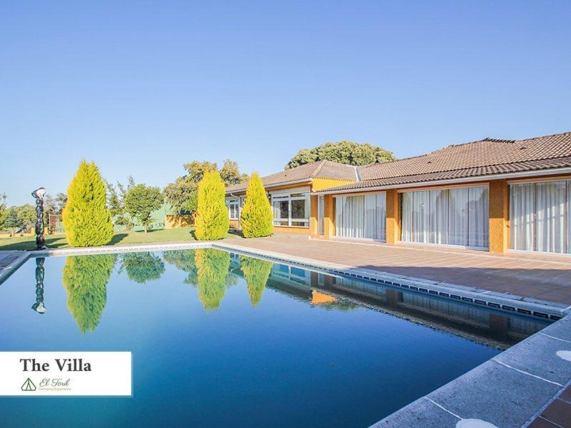 Zona jardín y piscina exterior The Villa
