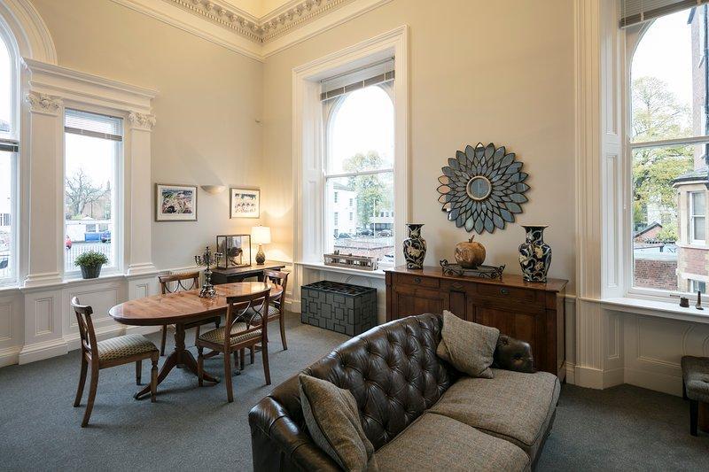 Wonderful Spacious Apartment with 30 foot high ceilings and period features, aluguéis de temporada em Gloucester