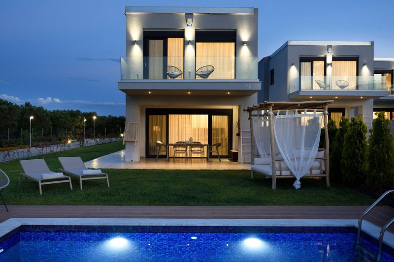 4 Bedroom Villa with Private Pool, holiday rental in Fourka