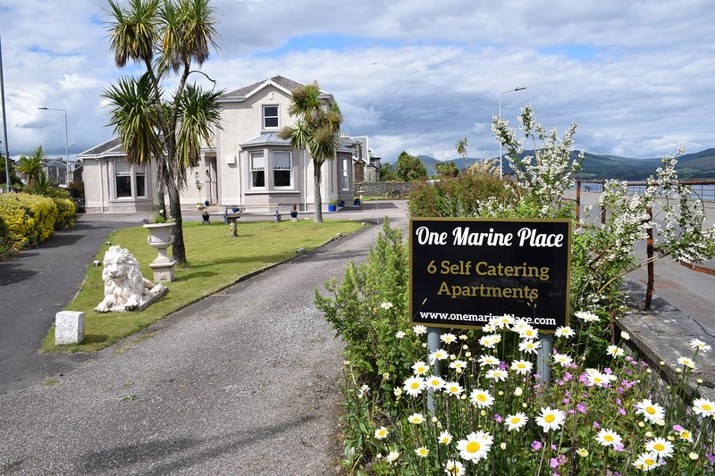 One Marine Place Kerrycroy Apartment has private entrance with two bathrooms, vacation rental in Isle of Bute