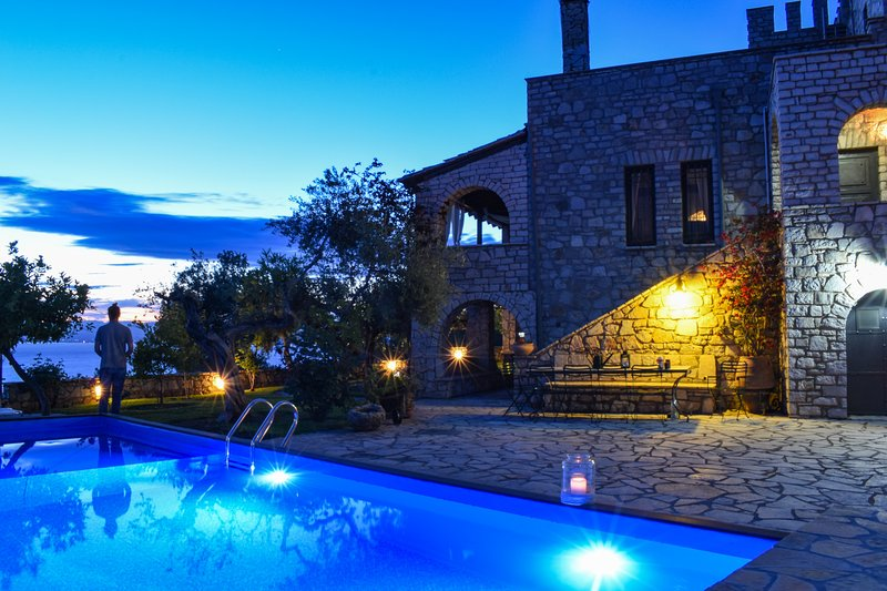Castle w/pool, Panoramic seaview, Perfect location, location de vacances à Avia