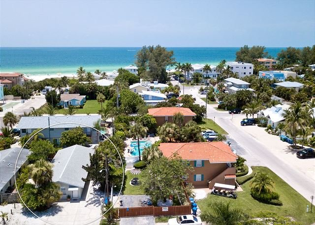 Gerties A, a cozy 1/1 just steps to the beach, community pool, pet friendly, holiday rental in Holmes Beach